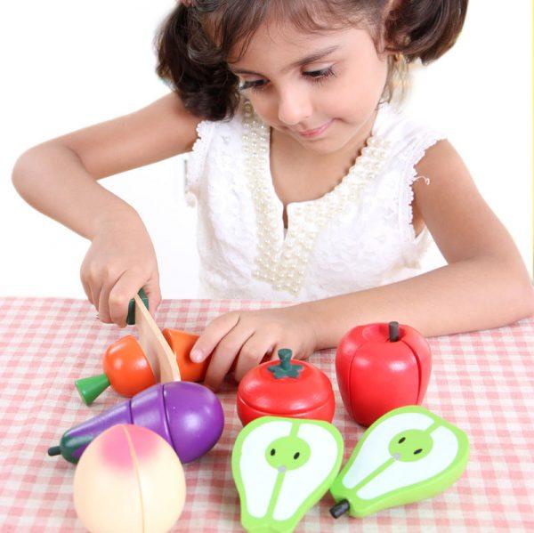 Frutas de juguete para niña